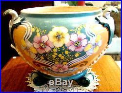 Beau et grand cache-pot ancien en faience, signé, à décor de fleurs et de feuilles