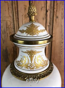 Grand Vase Ancien Signé En Porcelaine A Decor Or Orné De Bronze Doré De 60 CM H